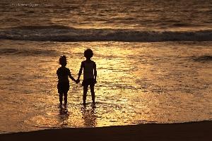 Романтичная история дружбы Амелии и Макса, зародившейся и продолжившейся в Арамболе. северный Гоа, Индия, (Амелии 6 лет)