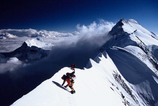Петер Хамор (Peter Hamor) на 7-и километровом гребне с Аннапурной Восточной (8010 м) и Аннапурной Главной  (8091 м) на дальнем конце гребня