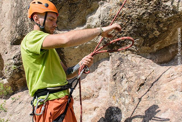 Расположите петлю вдоль основной верёвки