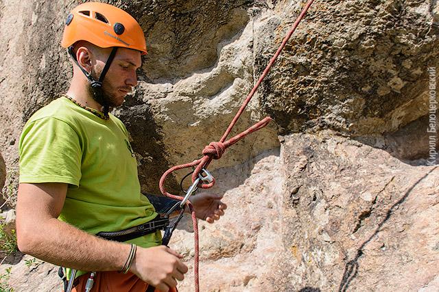 Завяжите контрольный узел как можно ближе к реверсе