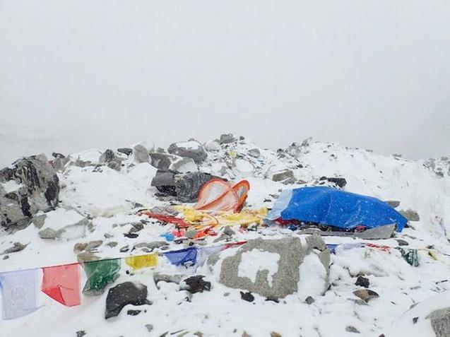 разрушенные обвалом палатки Базового лагеря Эвереста