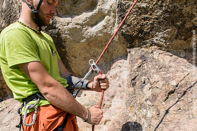 Держите верёвку как обычно при спуске