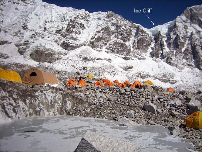 Вид на место обвала породы из базового лагеря Эвереста