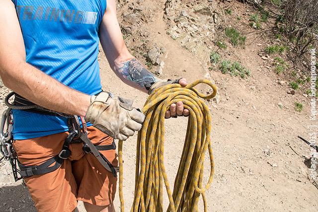 Сделайте петлю из конца, с которого начали собирать верёвку