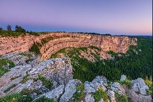Крё-дю-Ван (Creux-du-Van), гигантская скалистая впадина в форме подковы шириной 1400 метров и высотой около 200 метров, природный амфитеатр, образовавшийся в результате эрозии скальных пород на территории горного массива Юра в кантоне Невшатель.  Фотографии: Андреас Герт / Andreas Gerth