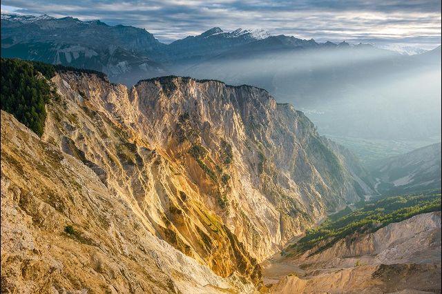 Эрозия почвы вызвала в регионе Ильграбен, кантон Вале, обрушение горного склона, вследствие чего образовался широкий каменный бассейн бледно-желтого цвета с красным оттенком, который с каждым годом увеличивается. С вершин Грабенрад или Ильхорн (2 716 м) открывается невероятно красивый вид на Ронскую низменность. Фотографии: Андреас Герт / Andreas Gerth