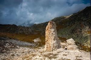 Каменные колонны на перевале Грейна (Passo della Greina, Pass Crap) в кантоне Граубюнден. Этот уникальный природный ландшафт, напоминающий тибетское плоскогорье, был обречен исчезнуть на дне водохранилища, однако благодаря общественному сопротивлению этот памятник природы удалось-таки спасти.  Фотографии: Андреас Герт / Andreas Gerth