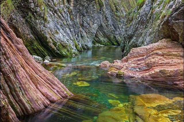 Ущелье Бреггия на юге кантона Тичино благодаря своей удивительной геологии стало первым швейцарским гео-парком, позволяющим перенестись на почти 80 миллионов лет назад, в эпоху, когда территория кантона была дном первобытного океана. Фотографии: Андреас Герт / Andreas Gerth