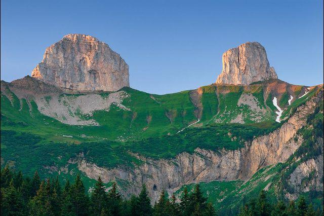 Известняковые горы Тур де Майен (Tour de Mayen, слева) и Тур д