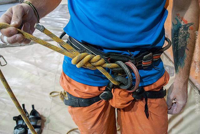 Привязывайтесь так: верёвка пропущена сквозь низ и верх