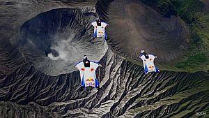 Экстремалы пролетели в вингсьютах над дымящимся вулканом