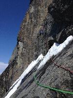 Роджер Шали (Roger Schäli) и Симон Гитль (Simon Gietl) на маршруте Black Roses по Северо-Восточному гребню Северной башни горы Devils Paw на Аляске
