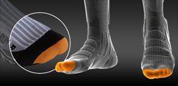 Всем знакомо неприятное ощущение, когда палец постоянно упирается в мысок обуви. При длительном походе это может стать проблемой. Специальная подушка на мыске носка является буфером, защищая пальцы от этого давления.