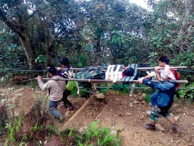 Эвакуация пострадавших туристов с горы Кинабалу