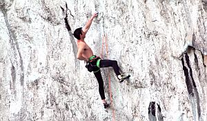 48 летний скалолаз Бен Мун на маршруте сложности 9а