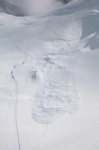 15 июня 2012 года: на следующий день после трагедии: группа альпинистов проходит мимо места схода лавины, убившей группу японцев