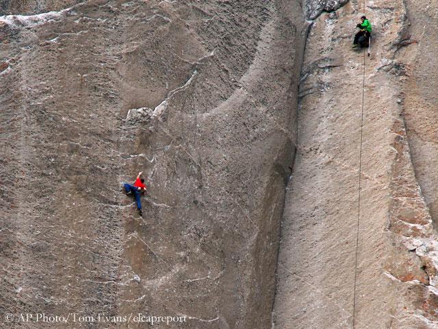 "Томми Колдвелл (Tommy Caldwell) и Кевин Йоргесон (Kevin Jorgeson) на легендарном и самом сложном в мире мультипитчевого маршрута ""Dawn Wall"" на Эль-Капитане (Йосемити, США)"