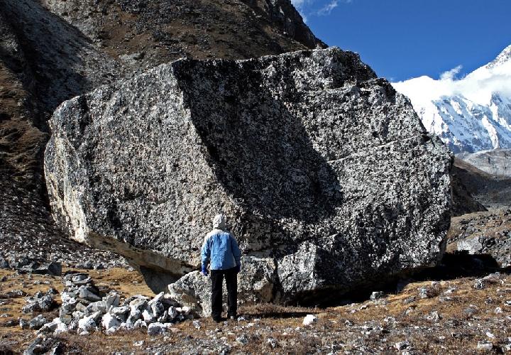 Вот такие камешки скатываются с окрестных склонов