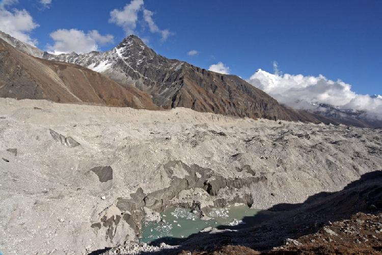 Фото с края ледника. Вода в ледниковых озерцах разных оттенков зеленого
