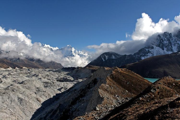 Вид на ледник, на юг. Справа озеро Дудх Покхари. Впереди виден шеститысячник Тамсерку