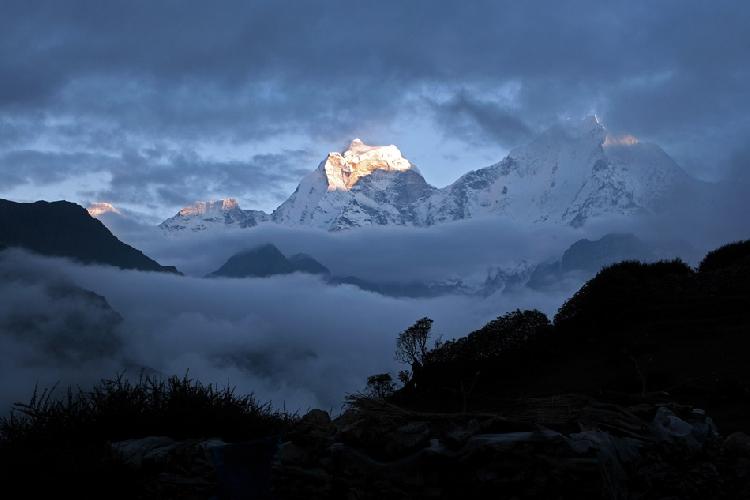 Кангтега и Тхамсерку (Thamserku – «Золотая дверь») (6618 метров)