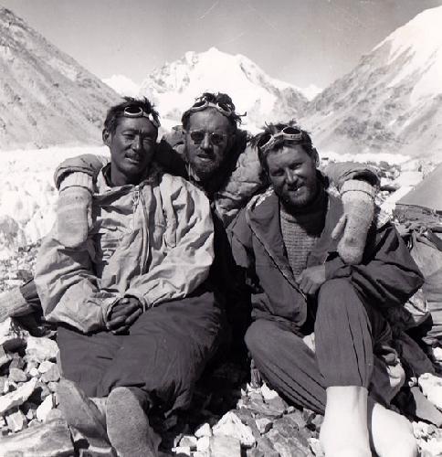 Пасанг Дава Лама (Pasang Dawa Lama) с Гербертом Тичи (Herbert Tichy) и Сеппом Йохслером (Sepp Jochler) после первого в истории восхождения на восьмитысячник Чо-Ойю, 1954 год. Фото Herbert Tichy
