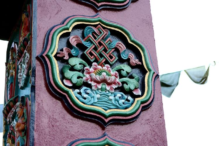 Украшение входной арки монастыря. Узел вечности с шелковым шарфом и цветущий лотос