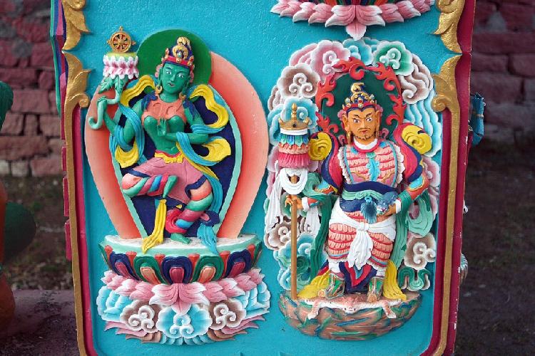 Еще из орнамента. Не знаю, кто эти товарищи. Женщина, должно быть, богиня Тара, судя по цвету. Про дядю тоже не скажу – есть кто-то в пантеоне, стоящий на шкуре и держащий в руке некую животину, но не помню, кто это. По глазам – гуру Падмасамбхава