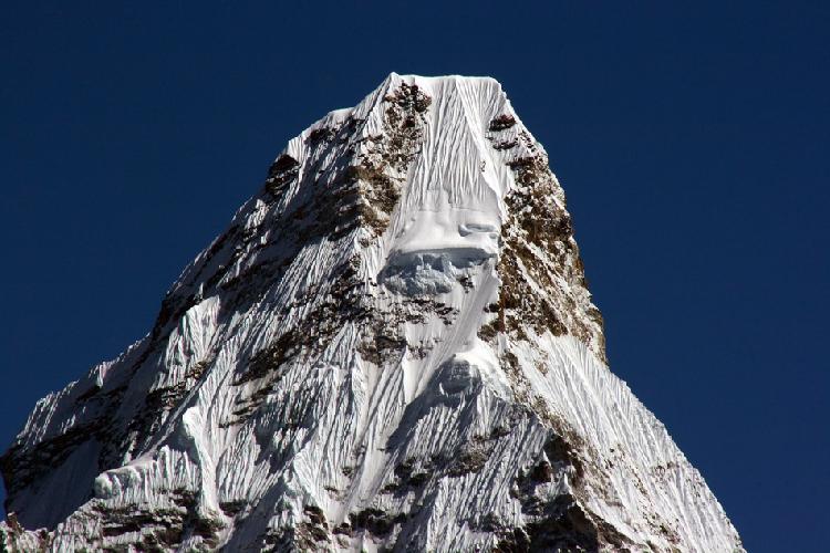 Вершина Ама-Даблам. Это максимум, на что способен мой телевик на 300 мм. Снимал без штатива, но с упора