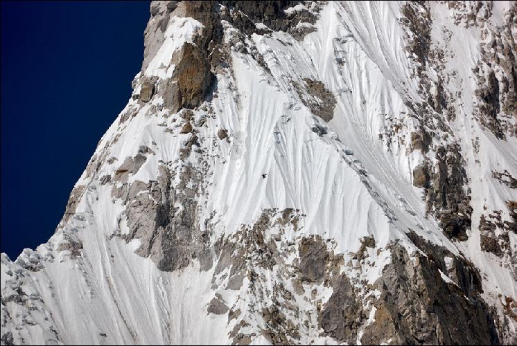 Если кто не увидел, альпинист – строго по центру фото