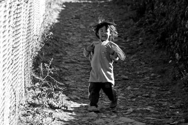 Когда фотографировал самолеты, бродя вдоль взлетной полосы в Лукле, на дорожке показалась девочка. Увидев фотоаппарат, она кинулась ко мне со всех ног, визжа от радости. Бежала самозабвенно, забыв обо всем, как умеют бегать только дети