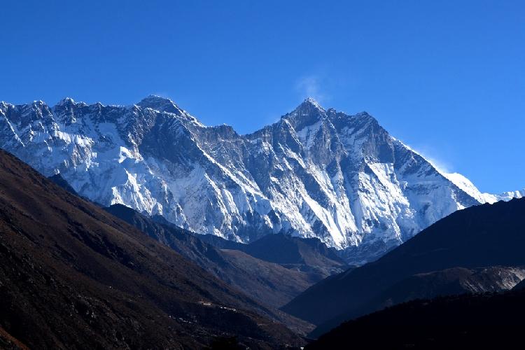 Последний взгляд на Эверест. Он левее, по центру – Лхоцзе. Снято от монастыря Тьянгбоче