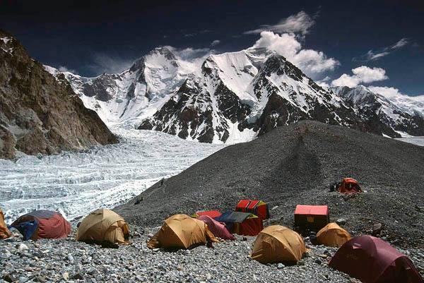 Базовый лагерь восьмитысячников Гашербрум 1 (Gasherbrum I, 8080м) и Гашербрум 2 (Gasherbrum II, 8034 м). Фото thealtitudeexperience . com