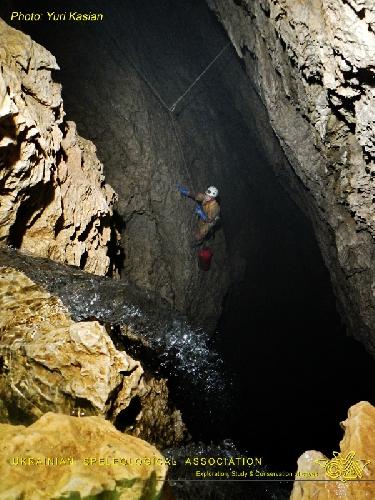 Фото ЮРИЙ КАСЬЯН. Крубера-Воронья. Основная ветка. Глубина -1170 метров. Колодец над лагерем 1200