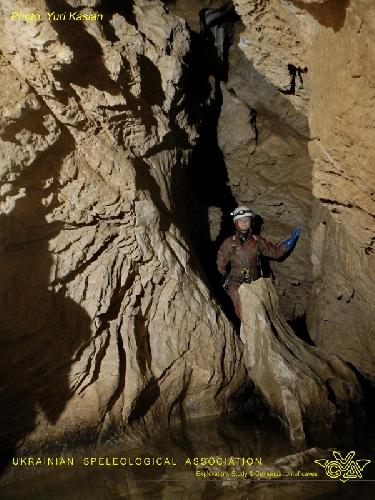 Фото ЮРИЙ КАСЬЯН. Крубера-Воронья. Основная ветка. Галерея ниже лагеря Пти Дрю. –720 метров