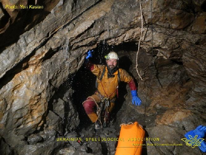 Фото ЮРИЙ КАСЬЯН. Крубера-Воронья. Основная ветка. Глубина около -2135 метров. Начало хода, который заканчивается сифоном Два Капитана