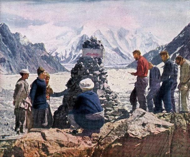 панихида по погибшему альпинисту Артуру Гилки (Arthur Gilkey) участниками американской экспедиции 1953 года. Установка Мемориал Гилки (Gilkey Memorial) у Базового лагеря восьмитысячника К2