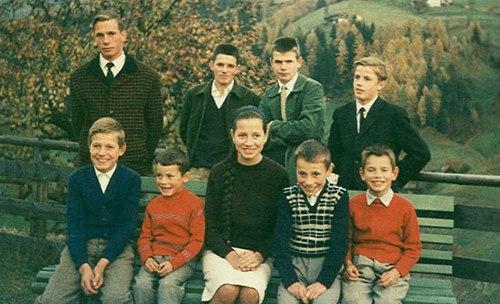 На фото: семья Месснеров. Райнхольд - третий слева в дальнем ряду