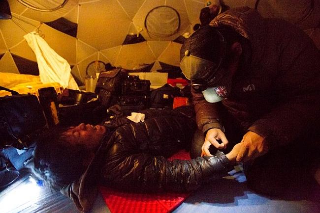 Нобуказу Курики (Nobukazu Kuriki) в Camp4 (6400 м) - первая помощь обмороженным пальцам