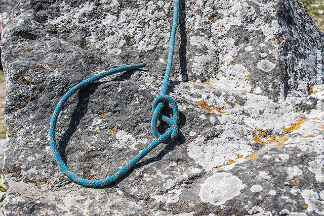 Пропустите конец верёвки сквозь петлю. Если видите «восьмёрку» — значит всё верно