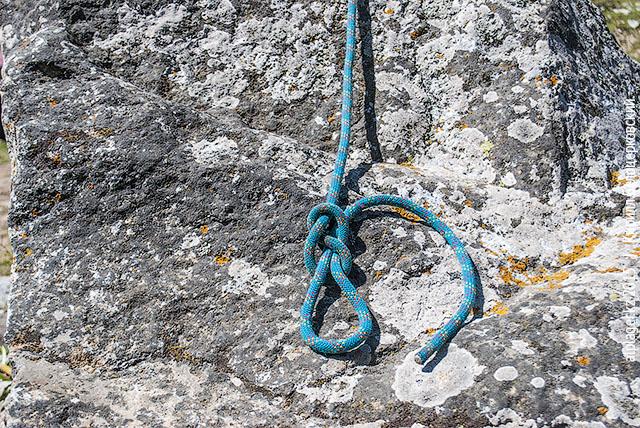 Пропустите конец, положим, сквозь обвязку, и вставьте в узел так, как он из него вышел