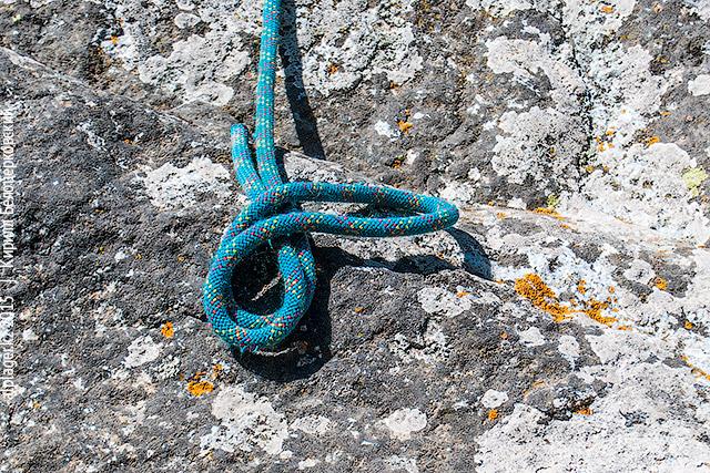 Обведите конец петли вокруг верёвки