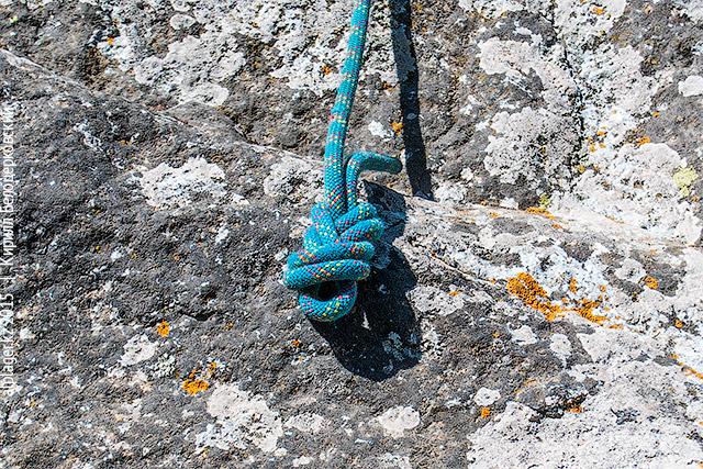 Ведите конец верёвки вдоль прядей узла