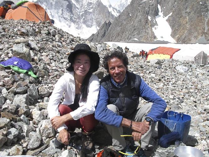 Оскар Кадьяк (Òscar Cadiach) и японская альпинистка Sumiya Tsuzuki на Броуд Пик
