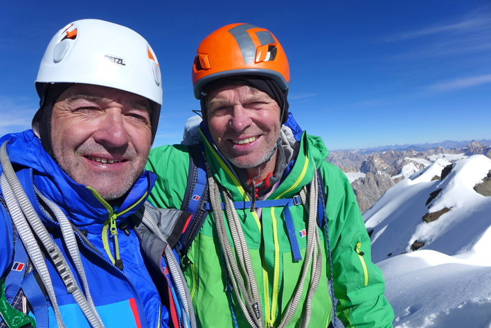 Пол Рамсден (Paul Ramsden), слева и Мик Фаулер (Mick Fowler) на вершине горы Киштвар Кайлаш (Kishtwar Kailash, 6444 м) в Индийских Гималаях
