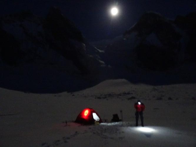 Вышли на полчаса позже, чем хотели. А все потому, что в альпинизме принято засовывать в себя еду в то время, когда нормальные тела привыкли спать. Пришлось ждать:)