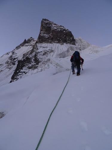 Почти весь маршрут лидировал Миша, я тащил парашют и иногда помогал ему тропить в снегу.