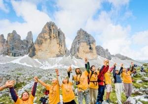 2500 человек стали живой цепью в Итальянских Доломитах
