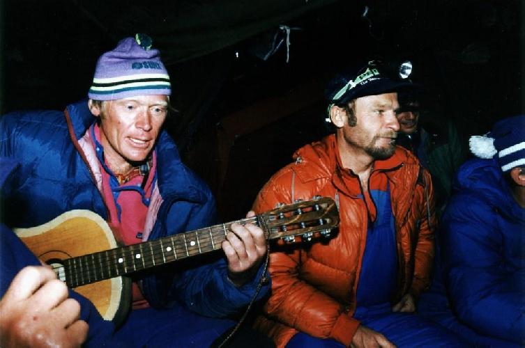 Эверест-1991. Анатолий Букреев и Владимир Балыбердин в палатке базового лагеря