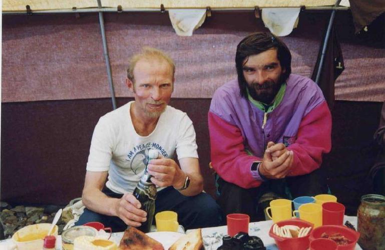 Владимир Балыбердин и Геннадий Копейка, первые альпинисты тогда уже развалившегося СССР, взошедшие на вторую вершину мира К2 (8611м). Порядковые номера в общем списке восходителей на эту вершину - №№ 73-74.  В базовом лагере, сразу после спуска с горы.  1992 год, восхождение совершено без кислорода.